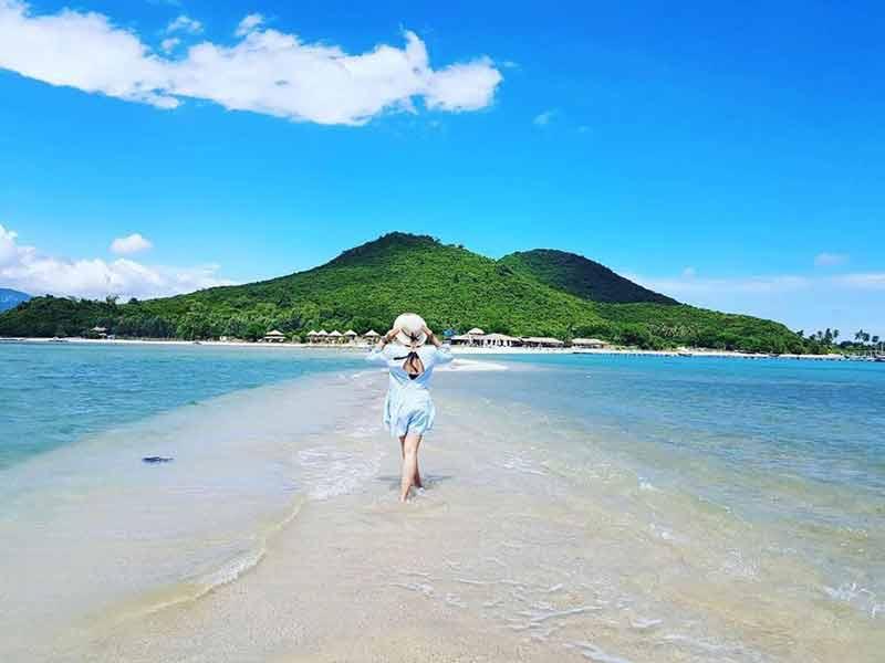 Băng qua con đường cát giữa biển ra Đảo Nhất Tự Sơn.