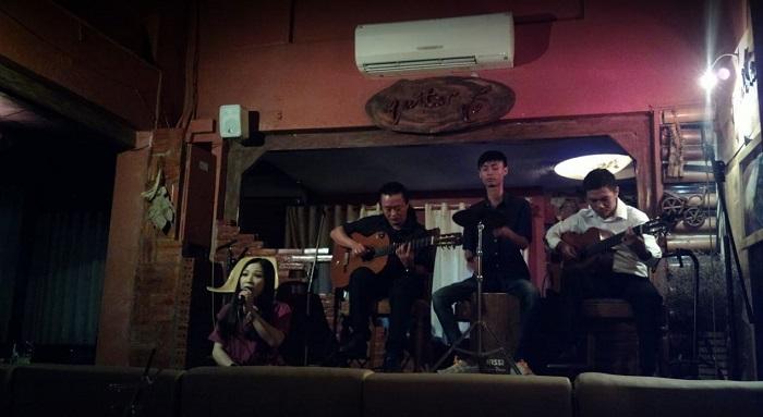 quan cafe acoustic o phu nhuan7