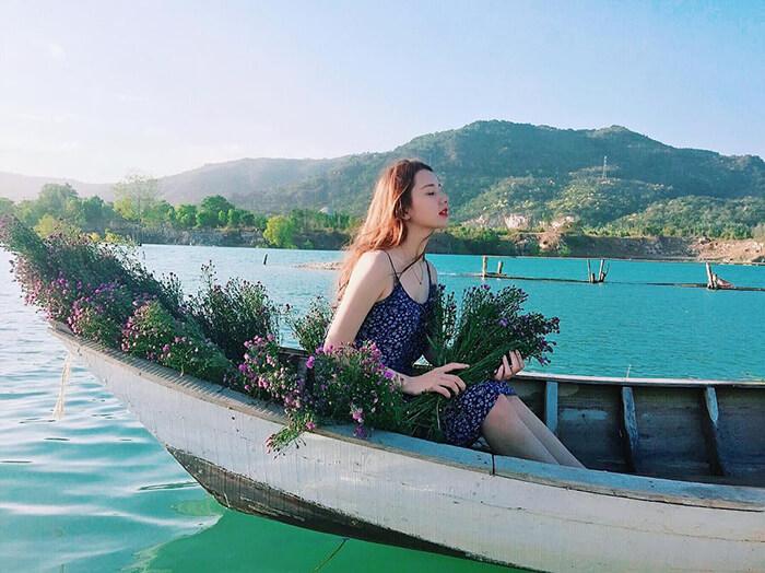 Hồ Đá Xanh – bức tranh thuỷ mặc.